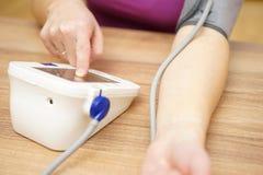 女性措施她的血压 库存图片