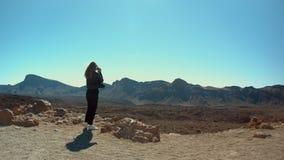 女性摄影师在土坎走 影视素材