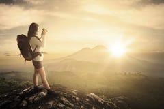 女性摄影师拍在山峰的照片 库存图片