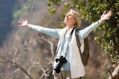 女性摄影师胳膊打开 免版税库存图片