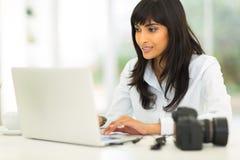 女性摄影师计算机 免版税库存图片