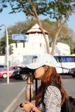 女性摄影师采取照片写真某事 在crossr 库存图片