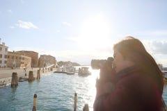 女性摄影师采取照片写真风景前面她 库存照片