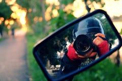 女性摄影师,挑运的旅途 库存图片