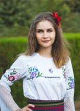 年轻女性摆在传统塞尔维亚人 免版税库存图片