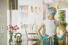 女性擦净剂后面看法  图库摄影