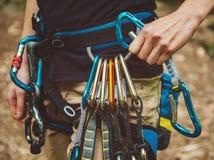 女性攀岩运动员佩带的安全带 免版税库存照片
