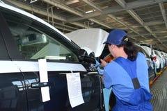 女性收藏家通过Th固定在车身的一个镜子 图库摄影