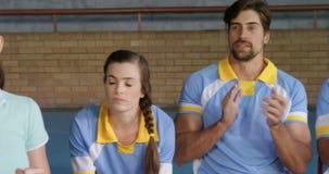 女性教练员和欢呼他们的队4k的排球运动员 股票视频