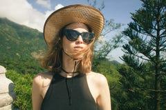 女性旅客室外在自然 免版税库存照片