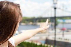 女性旅游指向往一座遥远的桥梁 免版税库存图片