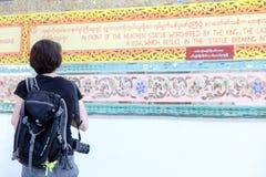 女性旅游穿戴黑色背包和照相机探索 免版税库存图片