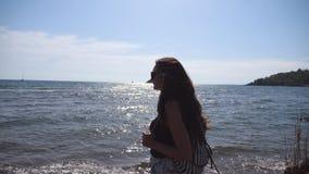 女性旅游走在美丽的海洋海滩 有去在海岸的背包的年轻旅客妇女 女孩远足者 股票录像