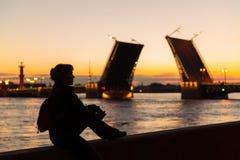 年轻女性旅游近的宫殿桥梁在圣彼德堡 免版税库存图片