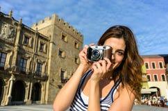 女性旅游采取的照片在Gijon西班牙 库存照片