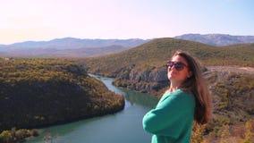 女性旅行和在堡垒Nutjak,克罗地亚附近的单独观看的河采廷娜 股票录像