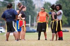 女性旗标橄榄球球员为下个作用做准备 库存图片