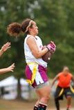 女性旗标橄榄球球员抓住通过 库存照片