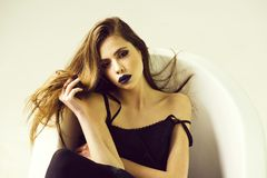 女性时尚、秀丽和广告概念 礼服的妇女有长的头发的,在浴的黑唇膏 免版税库存照片
