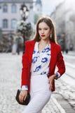 女性时尚概念 摆在街道上的一名年轻美丽的确信的妇女的室外画象 式样佩带 库存照片