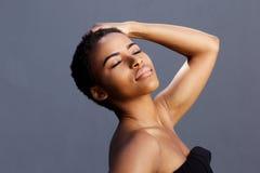 女性时装模特儿用在头发的手 免版税库存图片