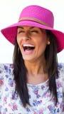 女性时装模特儿身分和笑 免版税图库摄影