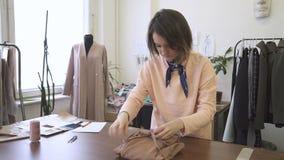 女性时装设计师画象,在她的演播室完成包装礼服 影视素材