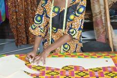 女性时装设计师追踪的样式的中央部位在布料的与白垩 库存图片