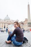 女性映射俏丽的学习的旅游年轻人 免版税图库摄影