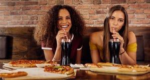 女性朋友吃午餐在餐馆 免版税库存图片