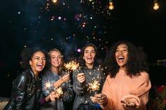 女性朋友有党在晚上户外 免版税库存照片