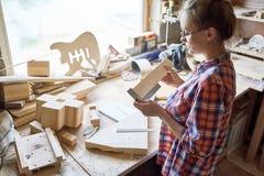 女性木匠在工作 免版税库存照片