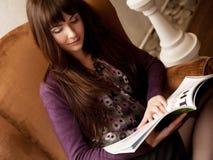 女性杂志读取茶时间 免版税库存照片