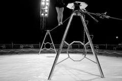 女性杂技演员的腿 免版税库存照片