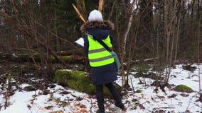 女性林业审查员文字 股票视频