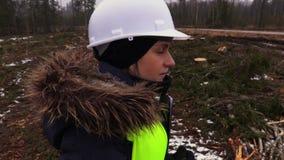 女性林业雇员在森林里在多雪的冬日 影视素材