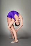 年轻女性柔术表演者在黑暗的背景执行, 免版税图库摄影