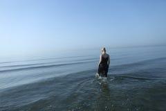 女性模型在海洋 库存照片