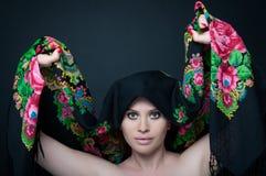 女性模型摆在肉欲与她的围巾 库存图片