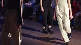 女性模型步行跑道用在时装表演期间的不同的礼服 时尚显示新的收藏的狭小通道事件 股票视频