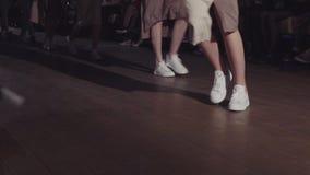 女性模型步行跑道用在时装表演期间的不同的礼服 时尚显示新的收藏的狭小通道事件 影视素材