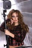 女性模型画象在背景银伞的 库存图片