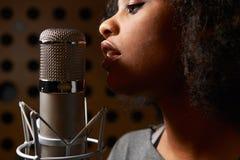 女性歌唱者在录音室 免版税库存照片