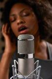 女性歌唱者在录音室 库存图片