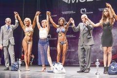 女性比基尼泳装健身模型伊夫林Dirocie庆祝她的胜者 库存图片
