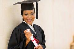 女性毕业生举行的文凭 免版税库存照片