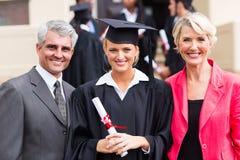 女性毕业生父母 免版税库存图片