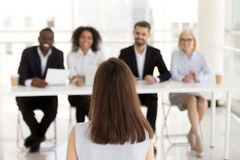 女性求职者在HR经理做好第一次印刷 图库摄影