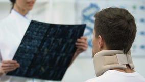 女性泡沫子宫颈衣领正面X-射线结果的医生通知的人 股票录像