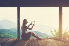 年轻女性流浪汉在触摸板做图片在令人难忘的旅行期间在拉美 图库摄影
